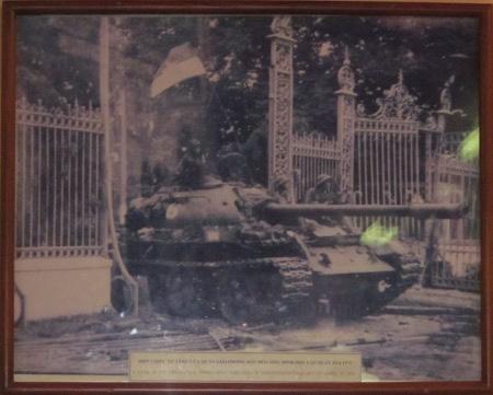 Char d'assaut enfoncant le grille du palais presidentiel