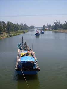 Une barque au Vietnam